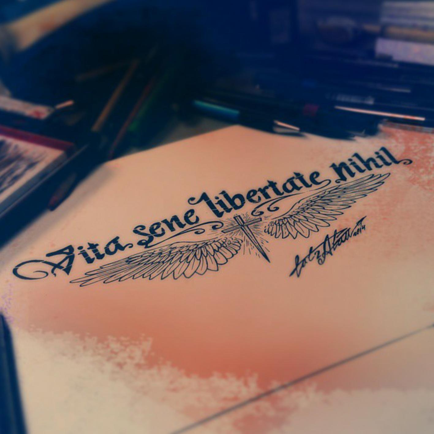 тату эскиз надпись и крылья